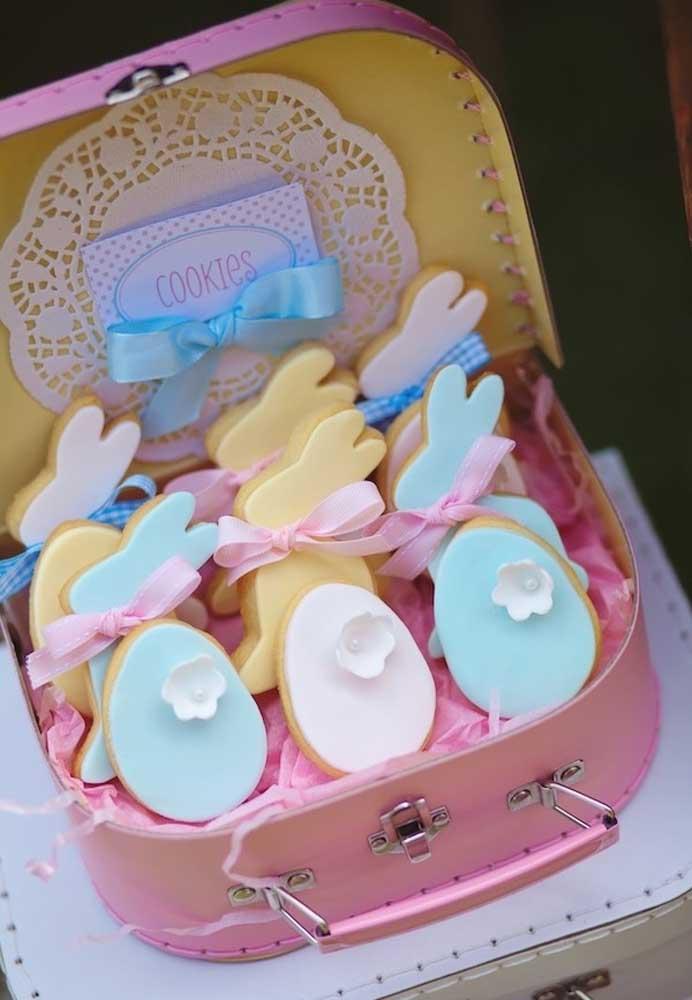 Que tal investir em cookies personalizados como lembrancinha da celebração da Páscoa? Você pode organizá-los em uma pequena mala decorada.