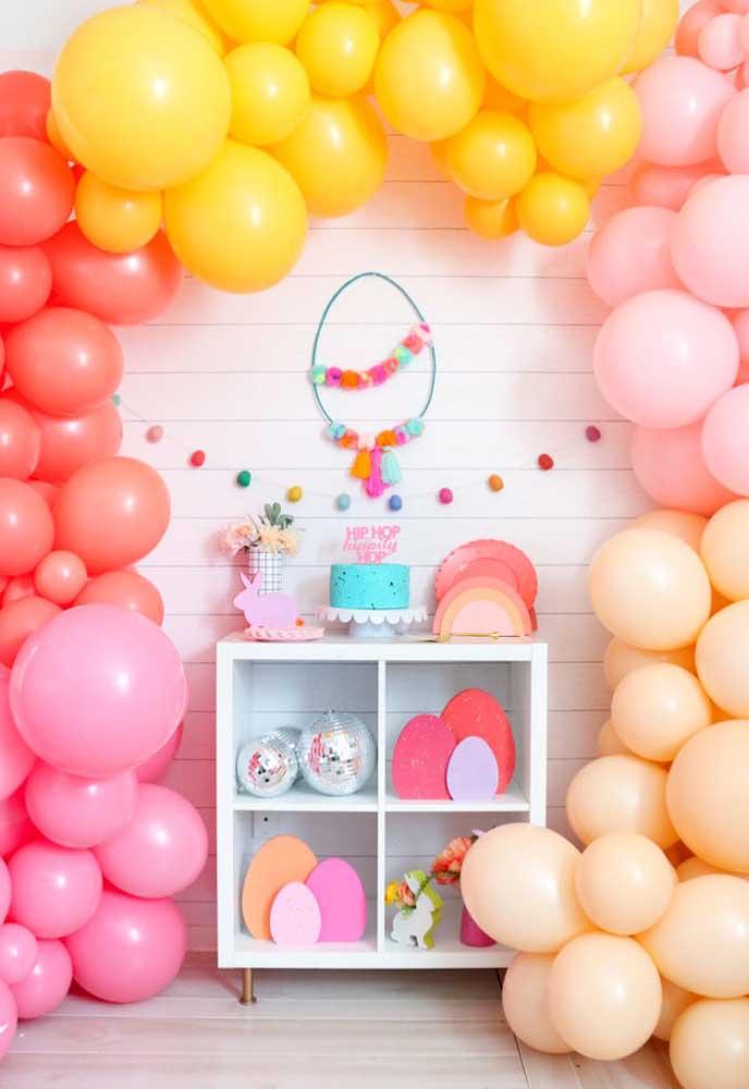 Você pode simplesmente fazer uma decoração de Páscoa usando arcos de balões desconstruídos de diferentes cores.