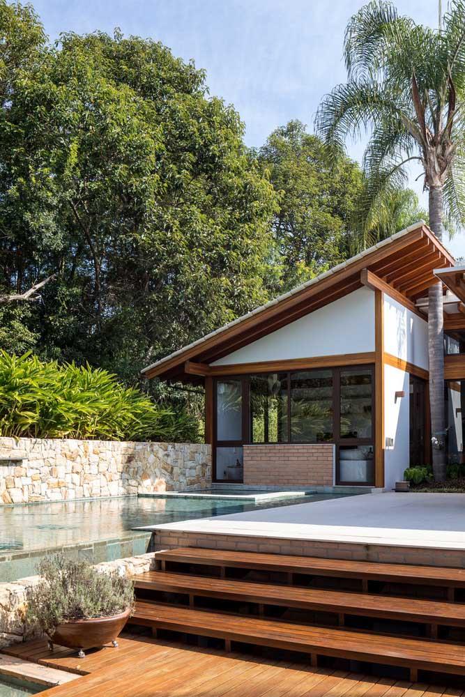 Edícula pequena e simples com vista para a piscina da casa