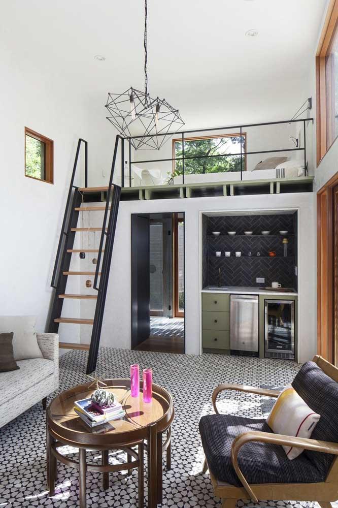Parte interna de uma edícula super moderna com mezanino, pequena cozinha e sala de estar