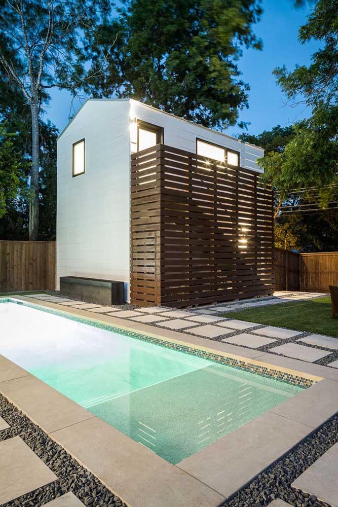 Edícula de madeira na beira da piscina: um modelo pequeno e simples, mas muito confortável