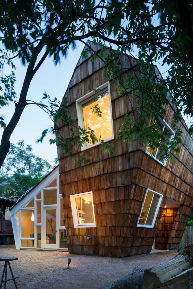 Uma construção contemporânea e criativa para destacar a edícula no terreno