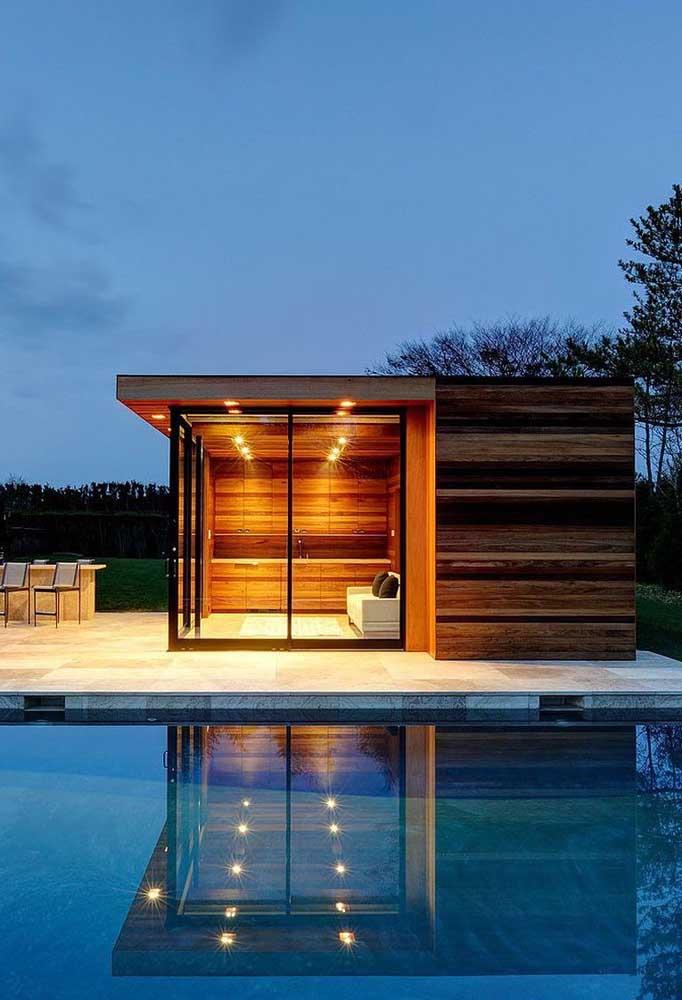Mais uma inspiração de edícula com piscina; as portas de vidro são grandes aliadas do acesso e da circulação
