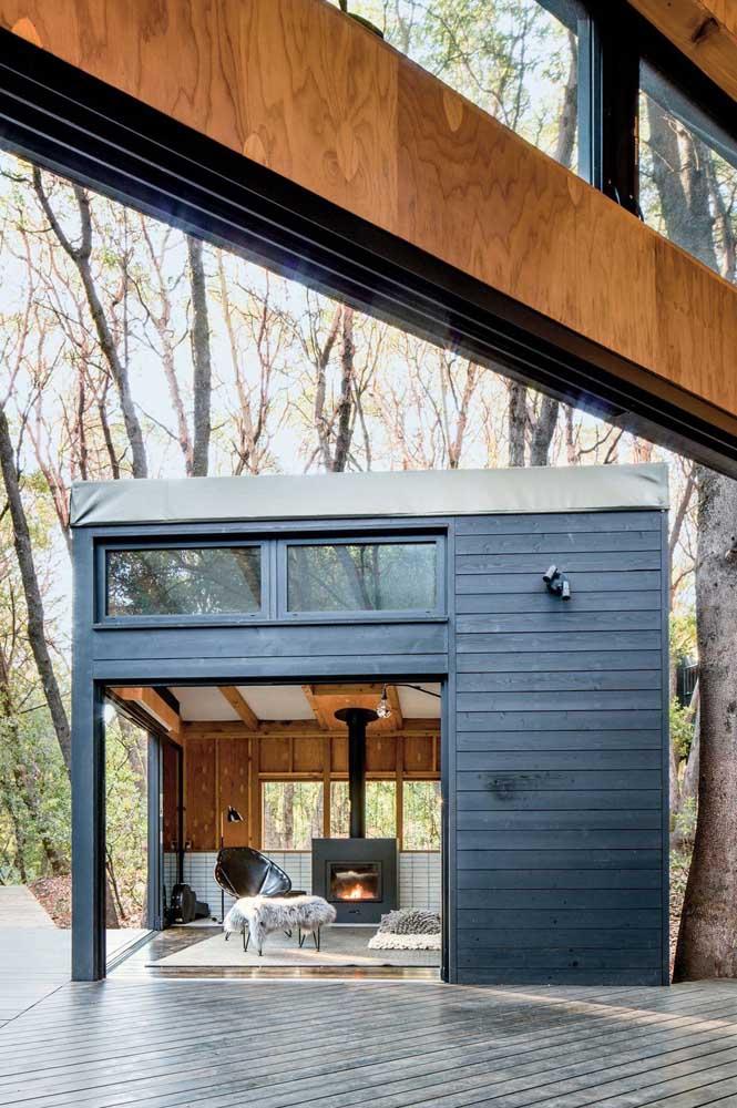 Edícula pequena e bonita, com estrutura em madeira e lareira interna para deixar o ambiente ainda mais confortável e aconchegante