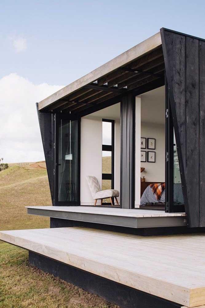 Edícula com quarto: as portas de correr em vidro favorecem o acesso à vista da área aberta da casa