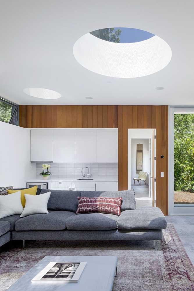 Destaque para a parte interna desta edícula, muito moderna e elegante, com sala grande integrada à cozinha e claraboia