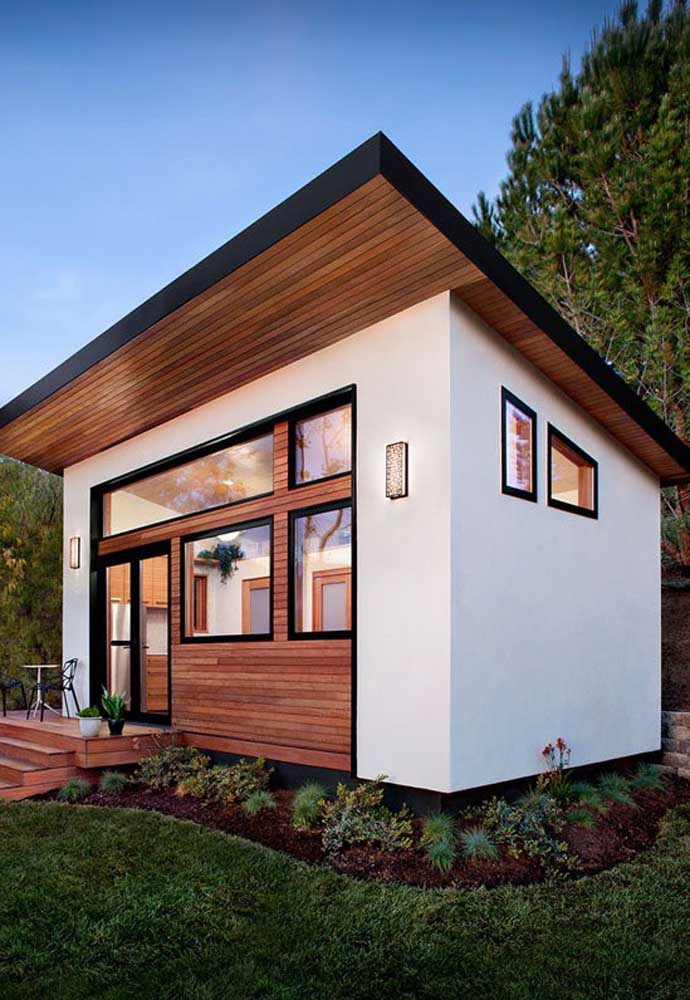 Edícula simples e bonita com detalhes em madeira e construção em alvenaria