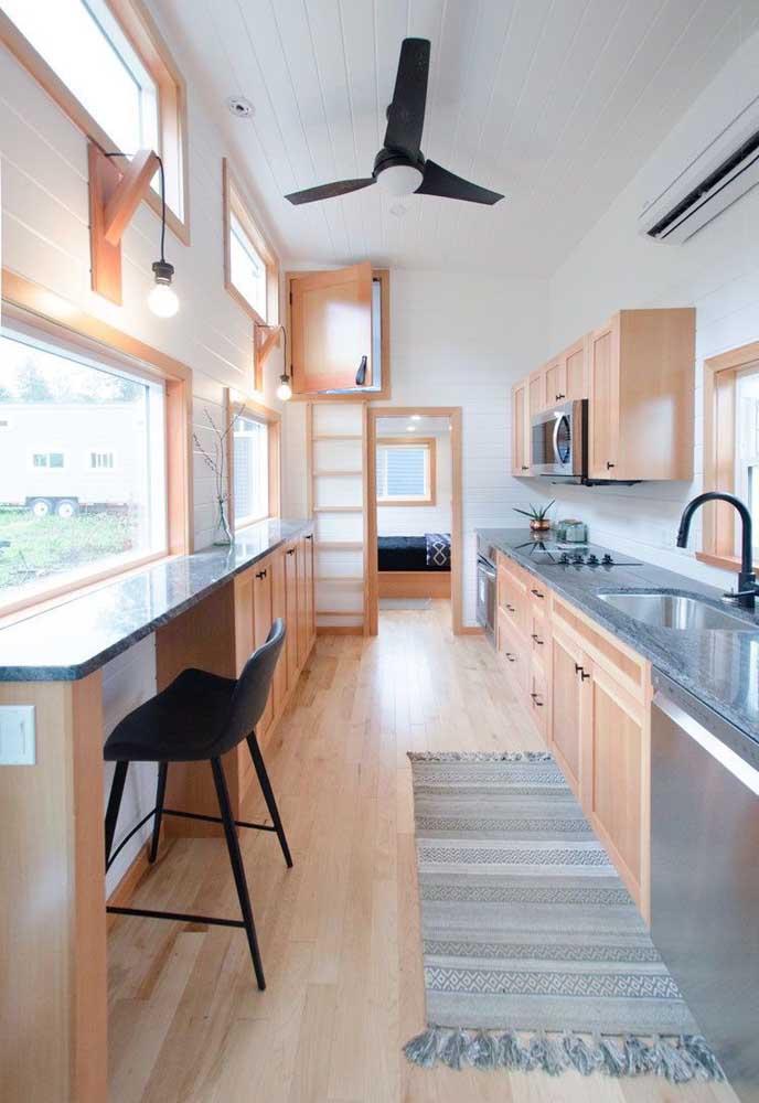 Edícula vista de dentro: cozinha extensa e decoração clean