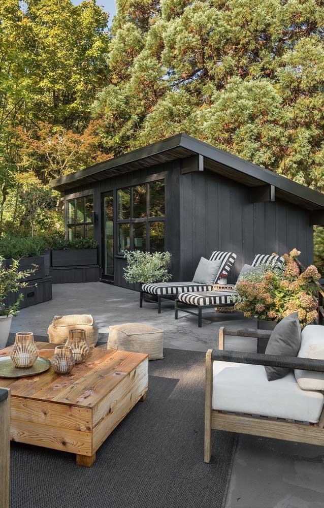 Edícula pequena e simples com design moderno e próxima a área de convívio social da casa