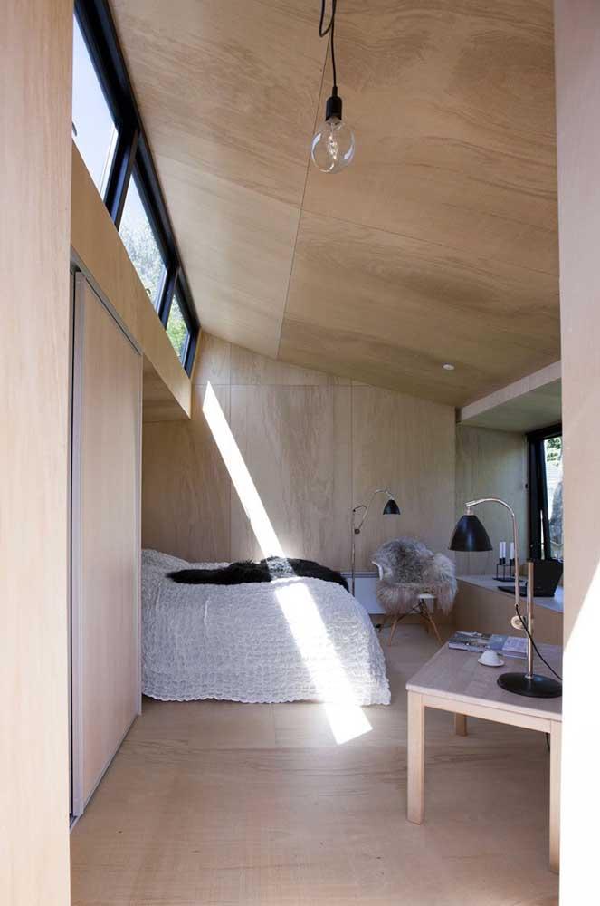 Edícula com quarto: a estrutura em madeira e o design clean do ambiente se destacam por aqui
