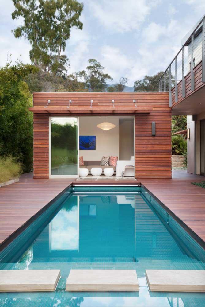 Edícula na área da piscina: o espaço garante mais conforto para os convidados usufruírem da piscina