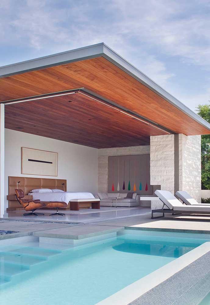 Edícula totalmente integrada à área da piscina; perfeita para morar ou para servir de pousada aos visitantes