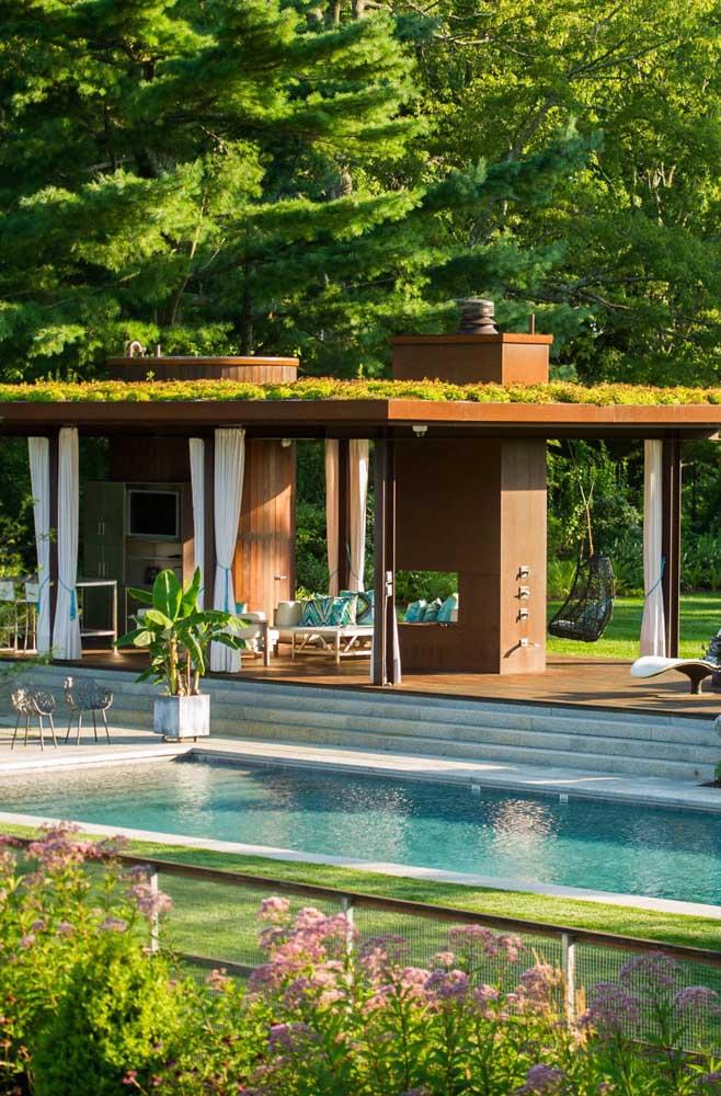 A área da piscina dessa casa maravilhosa ganhou uma edícula cheia de estilo e conforto