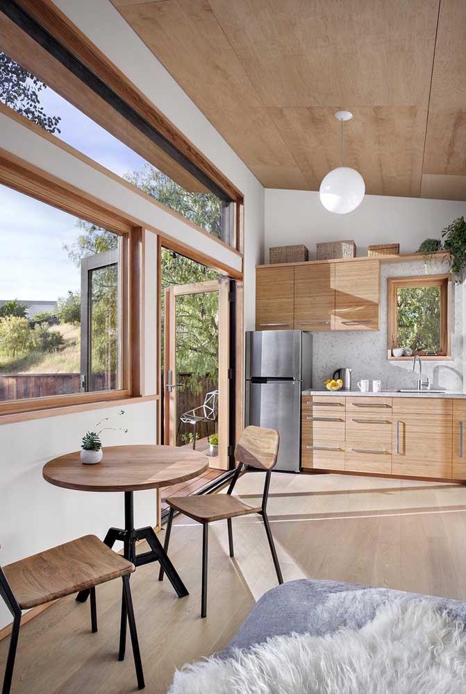 Edícula com cozinha pequena e design clean; para morar ou para receber