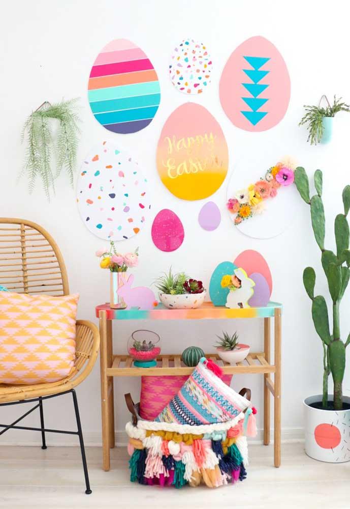 Que tal encher a parede com ovos feitos de EVA? O ideal é fazer modelos diferentes para deixar a parede bem colorida.k