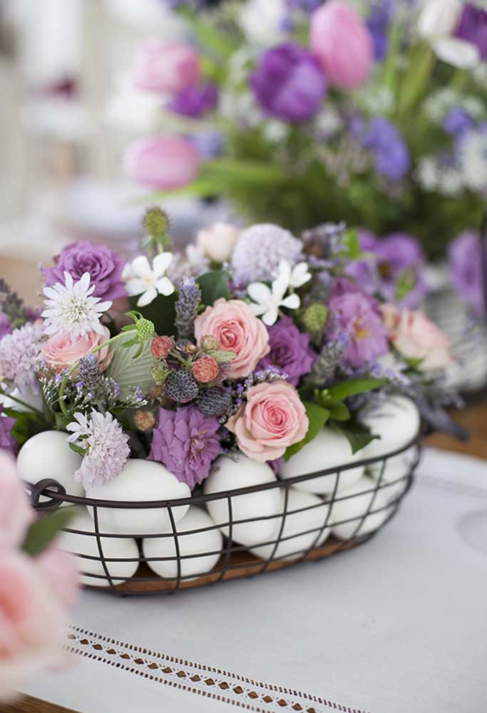 Você quer fazer um belo arranjo de flores para sua páscoa? Inove acrescentando ovos no arranjo.