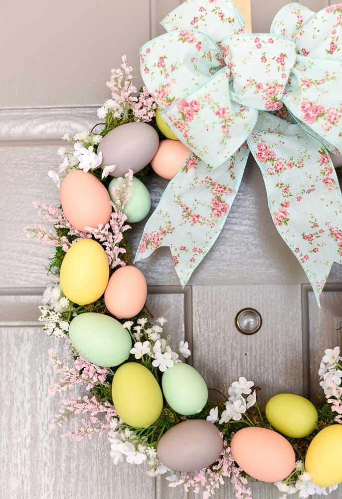 Por ser uma celebração religiosa, uma ótima opção de enfeite de páscoa para porta é fazer uma guirlanda. Neste caso, você pode usar os ovos como enfeite.