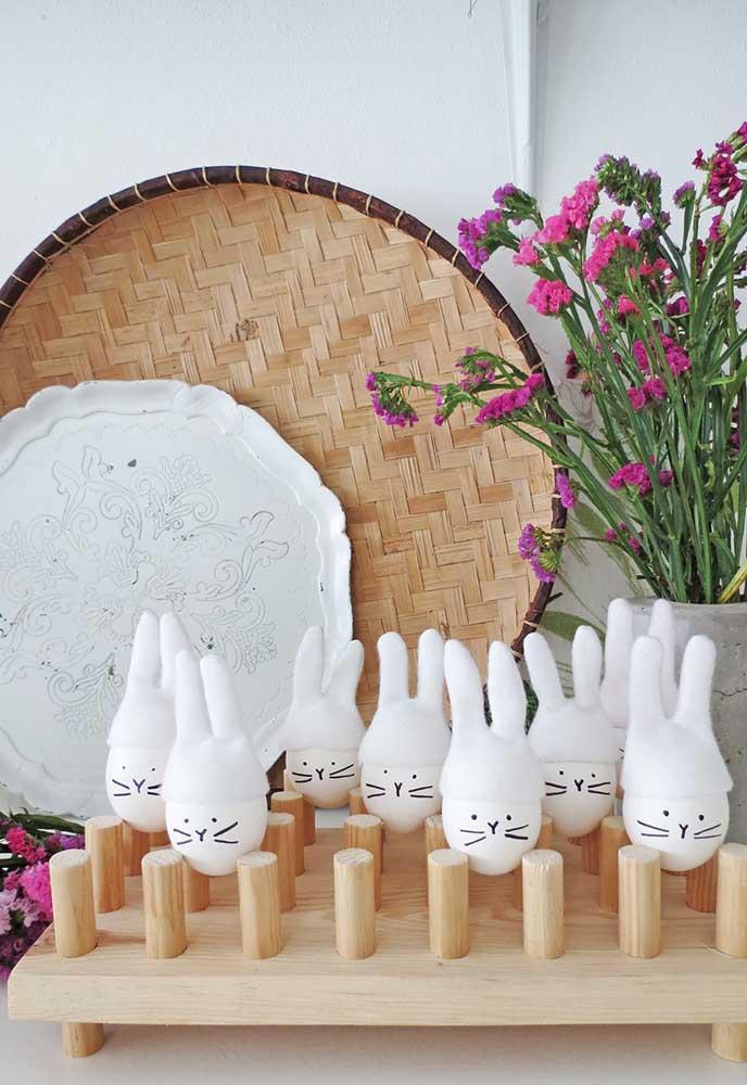Misture os principais símbolos da páscoa. Neste caso, pinte os ovos com a carinha do coelhinho da páscoa.