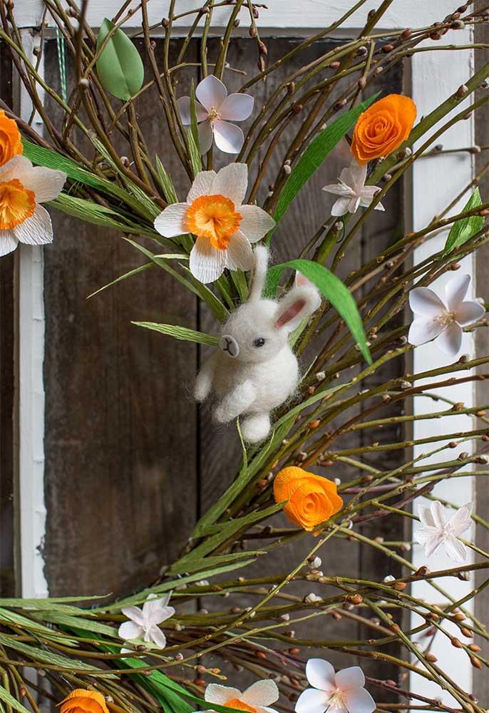Que tal fazer uma decoração de páscoa nas plantas da sua casa? Para isso, prepare vários enfeites com papel e feltro e pendure nos galhos da planta.