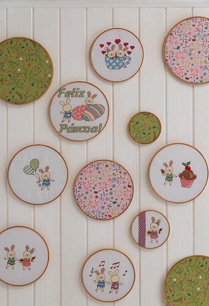 Se você sabe bordar, uma boa opção é fazer alguns quadros com temas da páscoa para colocar na parede.