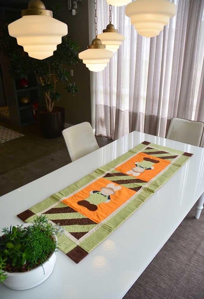 Invista em uma toalha diferente e personalizada para colocar na mesa principal da páscoa.