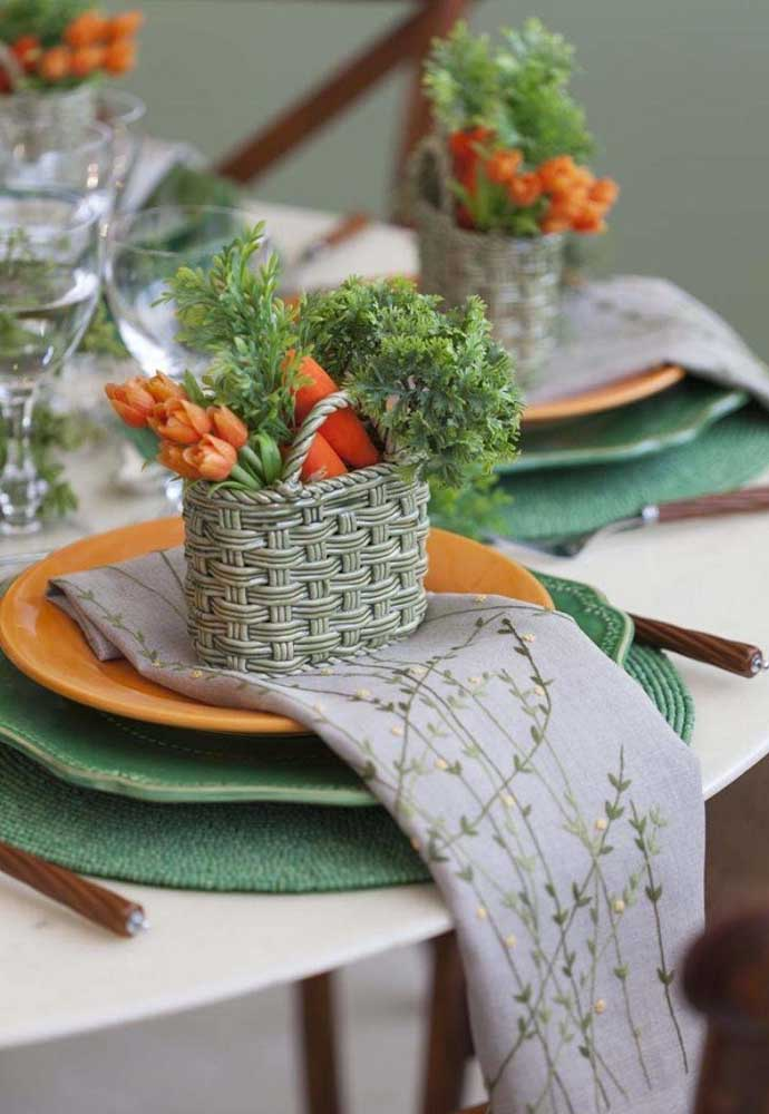 Prepare algumas cestinhas com flores e cenouras para decorar os pratos dos convidados.