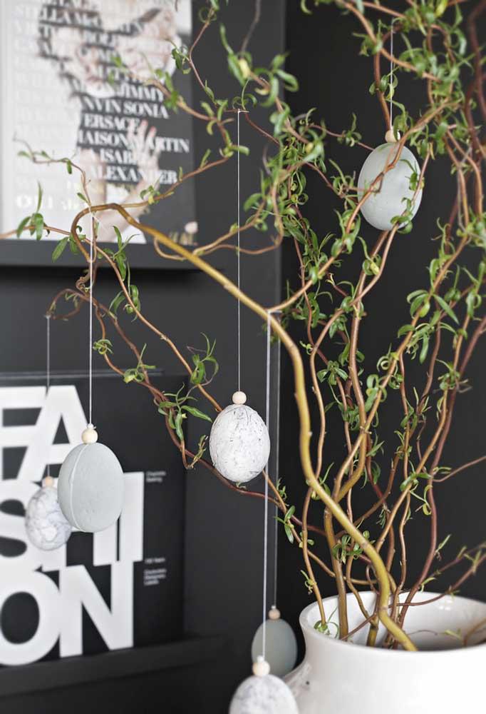 Que tal pendurar bolas no formato de ovo na sua planta para deixar o ambiente mais decorado?