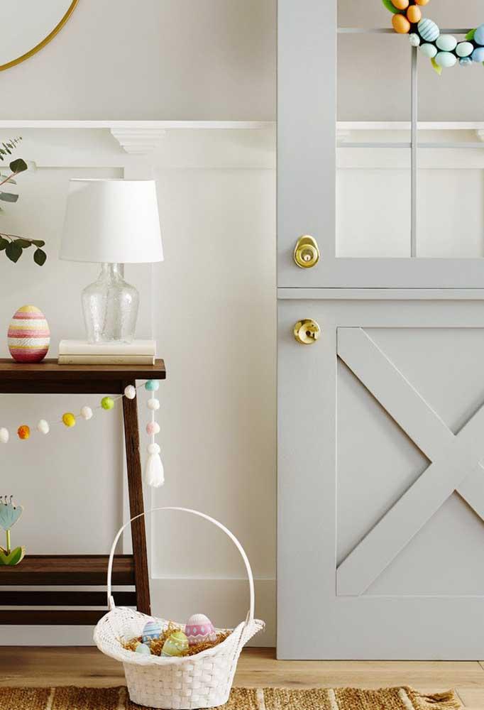 Para receber seus convidados, coloque uma cesta com ovos de páscoa logo na entrada.