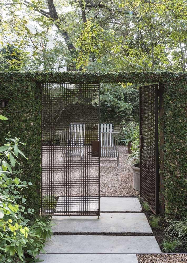 A fachada do muro desta casa ganhou um ar de jardim secreto com o uso da parede verde