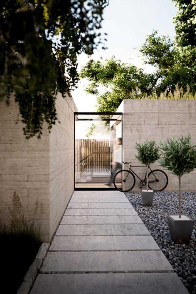 Essa fachada de muro com pedras foi uma ótima escolha para manter o ar contemporâneo do espaço externo