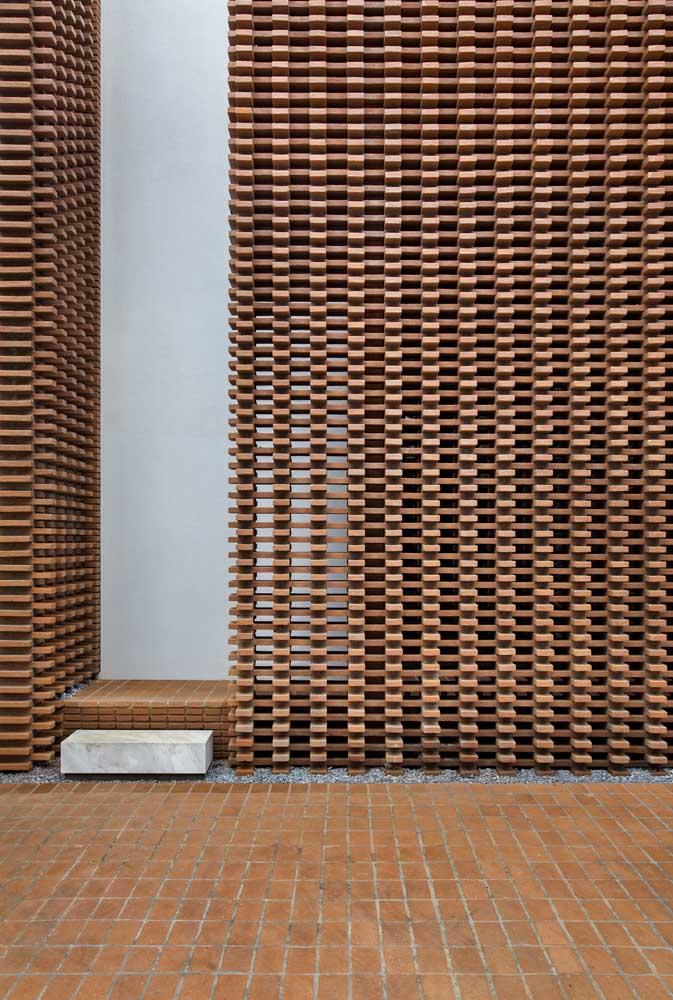 Incrivelmente linda e diferente essa fachada de muro! A proposta aqui foi combinar peças de madeira criando um visual vazado
