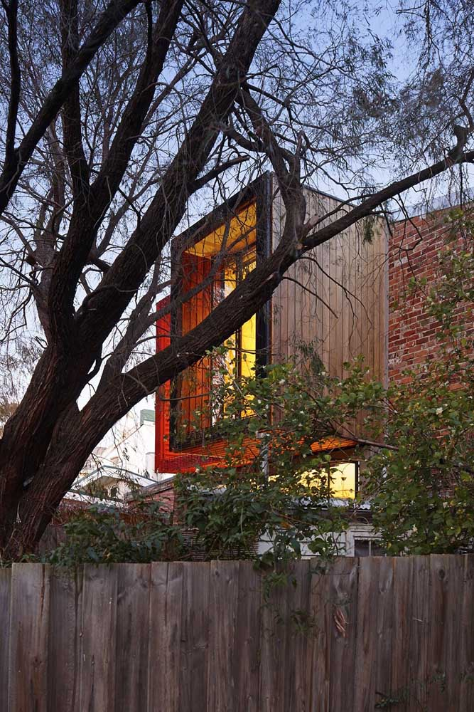 Cerca de madeira rústica para delimitar o terreno da casa