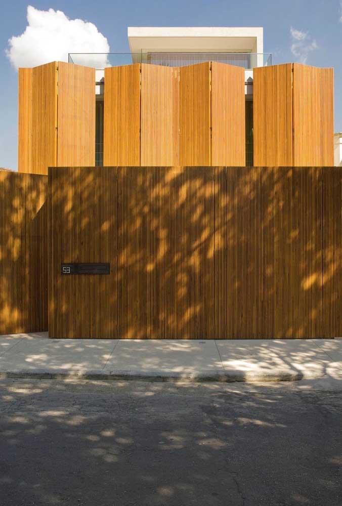 Fachada de muro com placas de madeira com design em linhas retas, ideal para projetos contemporâneos