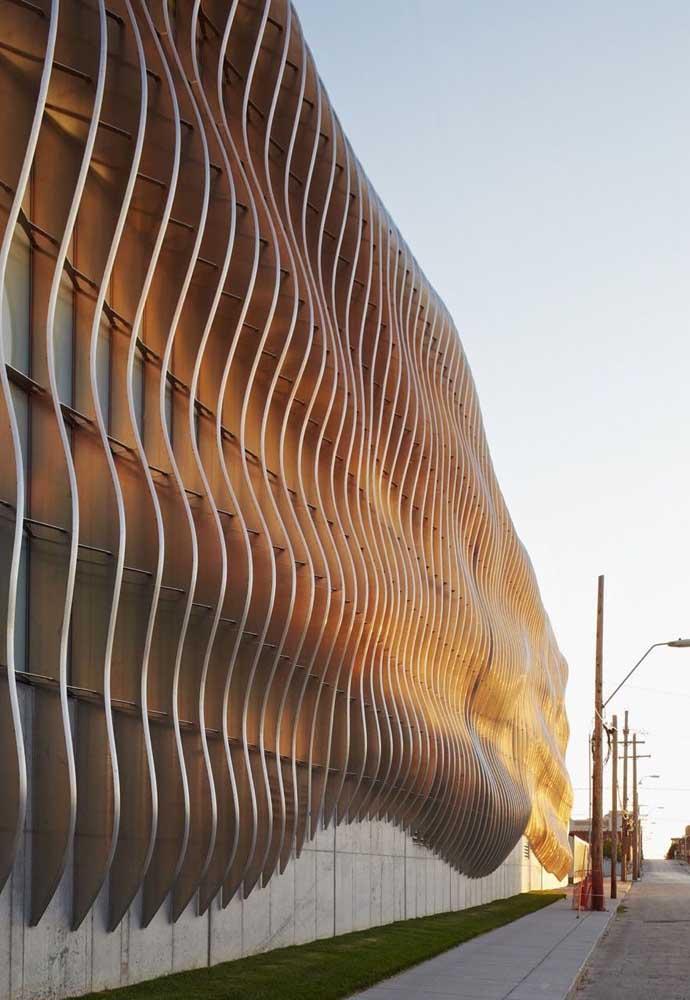 Que inspiração maravilhosa! Essa fachada ganhou peças em ferro de formato curvo e orgânico valorizados pela iluminação do fim da tarde