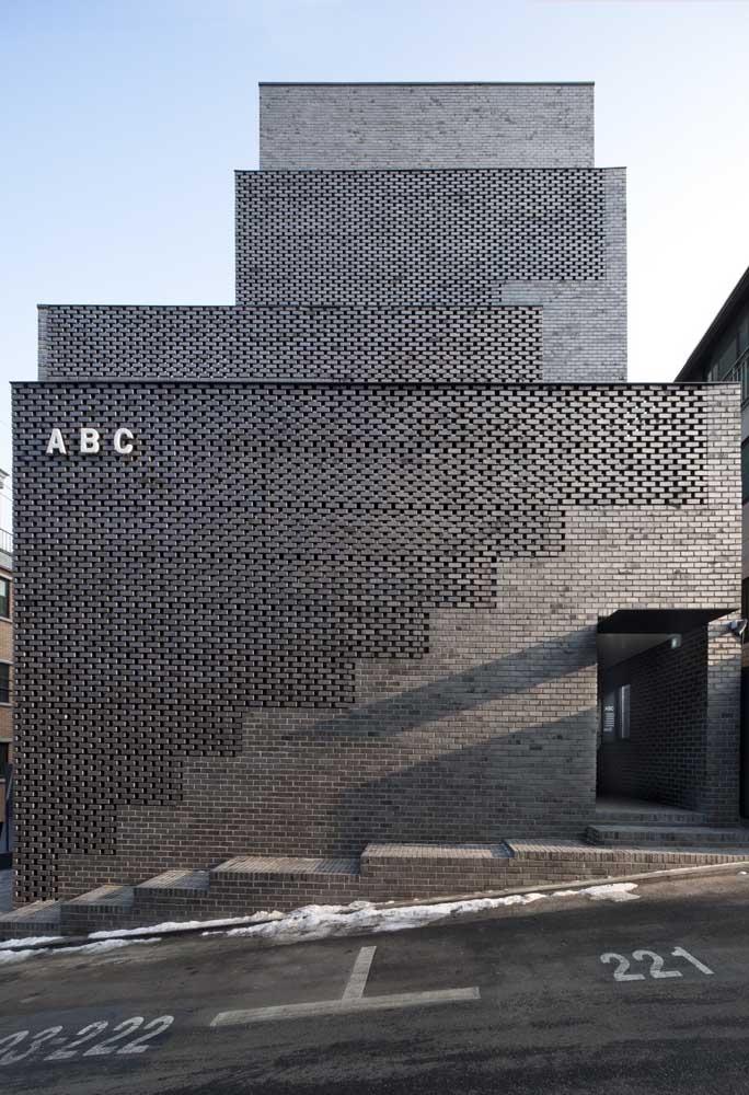 Fachada de muro com pedras acinzentadas, perfeitas para projetos modernas e industriais