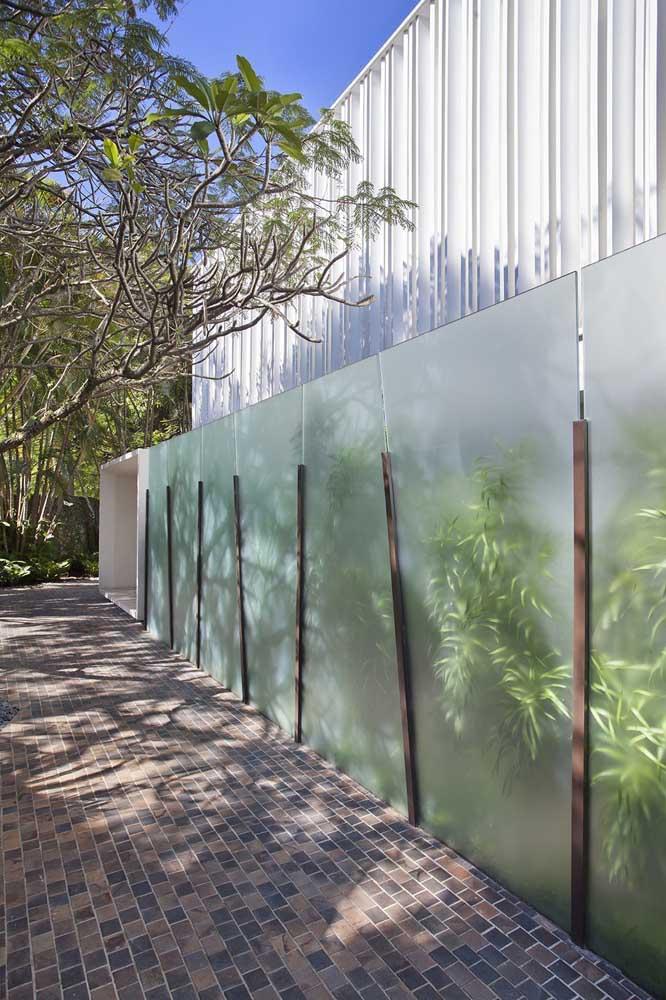 Fachada de muro com vidro; destaque para o modelo de vidro utilizado que não compromete a privacidade no interior da casa