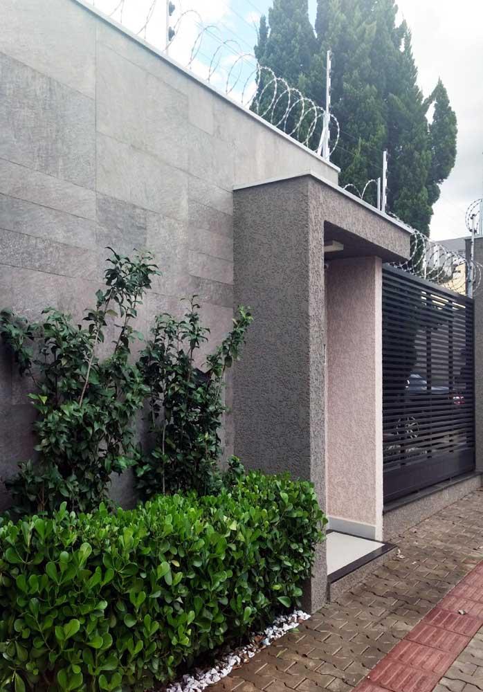 Fachada de muro em porcelanato; repare que as peças imitam pedras clássicas