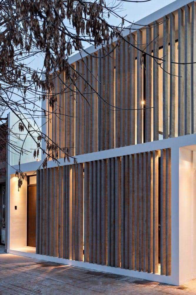 Inspiração de fachada em alvenaria com colunas aplicadas ao longo do muro da residência