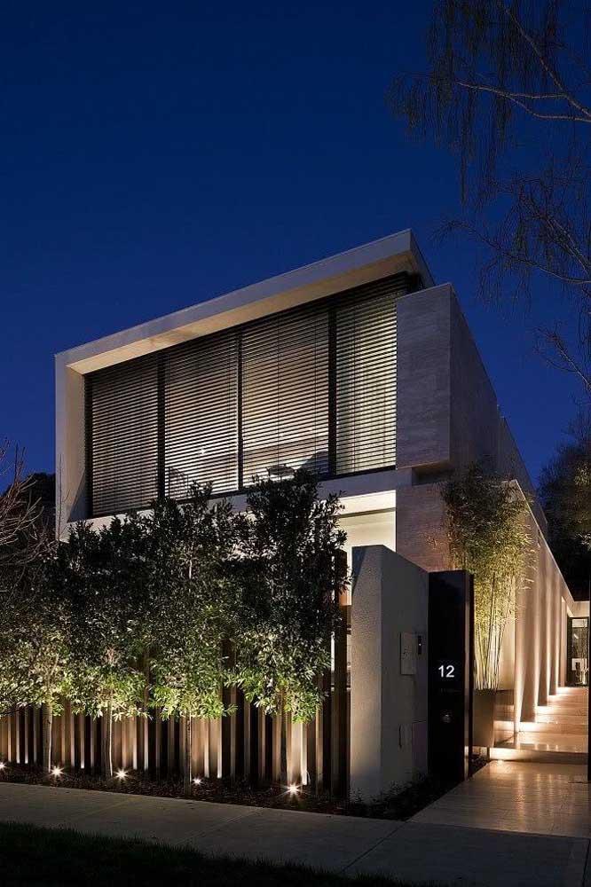 A iluminação é parte indispensável da fachada do muro desta casa