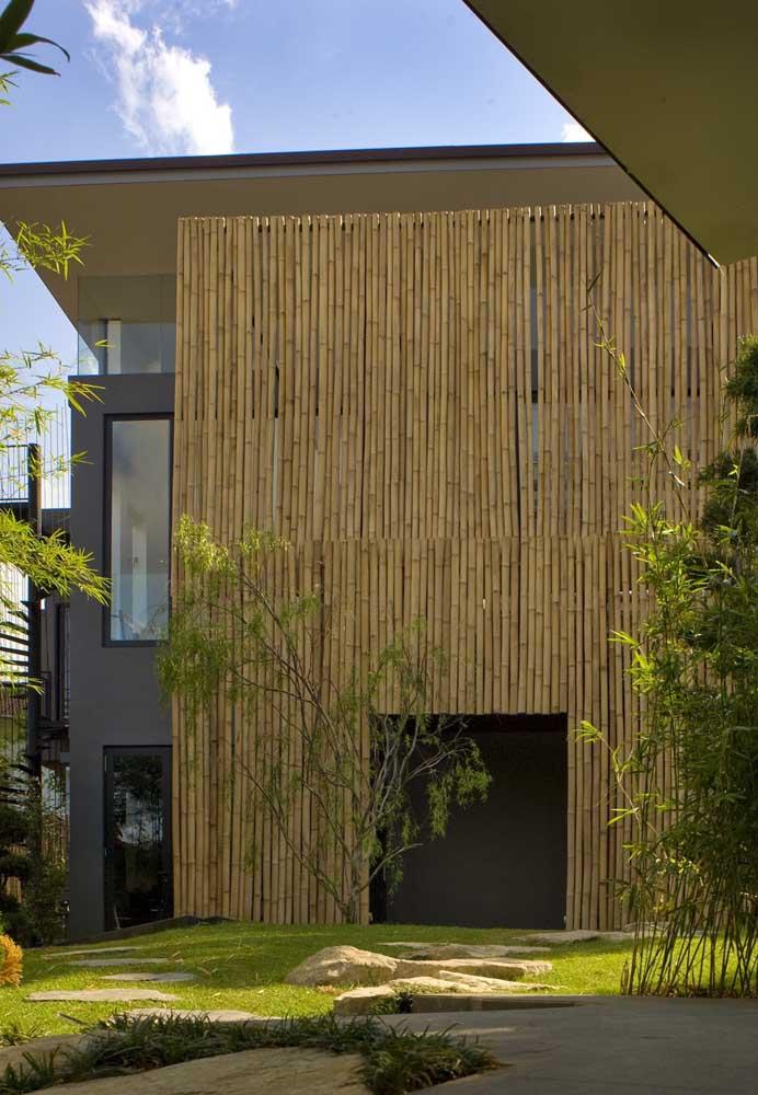 Uma ideia bonita e ecológica é utilizar filetes de bambu na fachada do muro