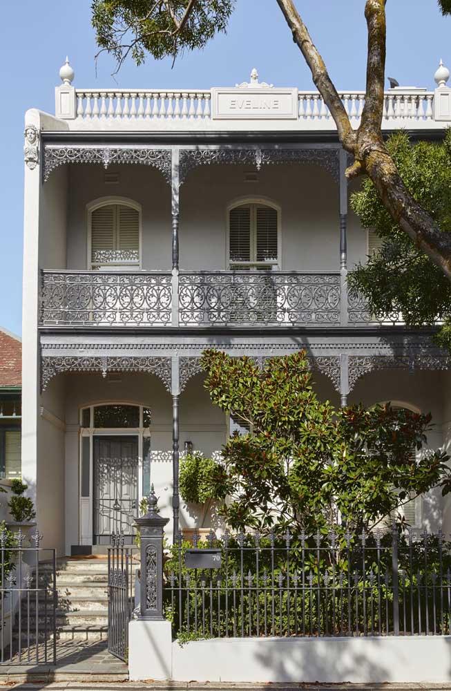 A casa antiga, de visual clássico, ficou ainda mais bonita com o portão pequeno em ferro