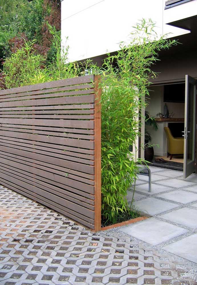 Muro baixo e em madeira, ideal para acolher o canteiro verde na parte interna da casa