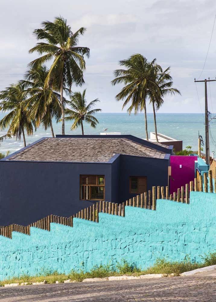 Fachada de muro colorida em alvenaria; uma opção divertida e despojada para a entrada da casa