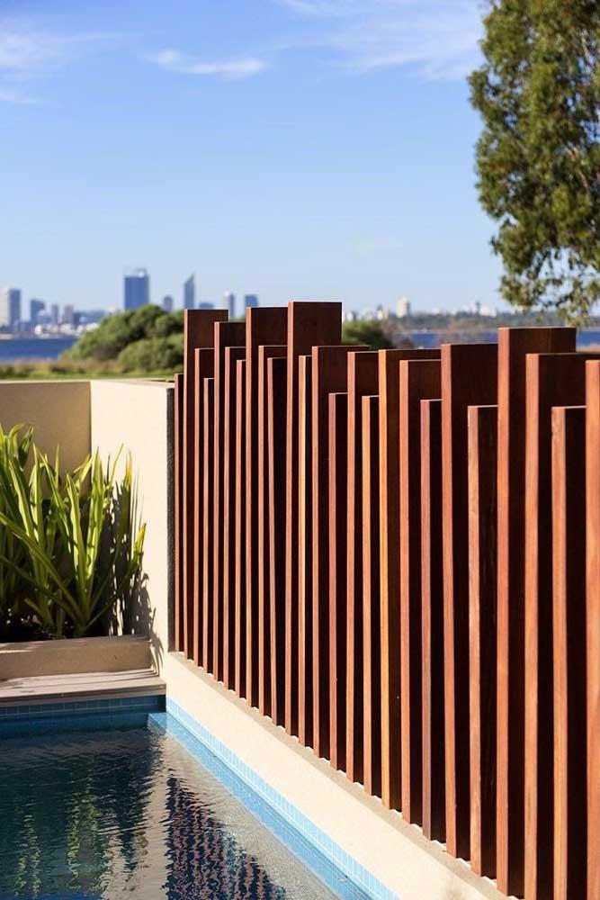 Fachada de muro com filetes de madeira em diferentes alturas