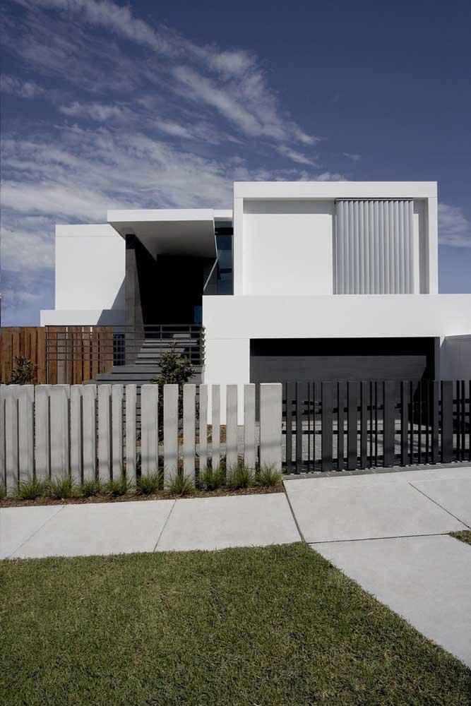 Nessa fachada, o muro e o portão seguem o mesmo padrão visual
