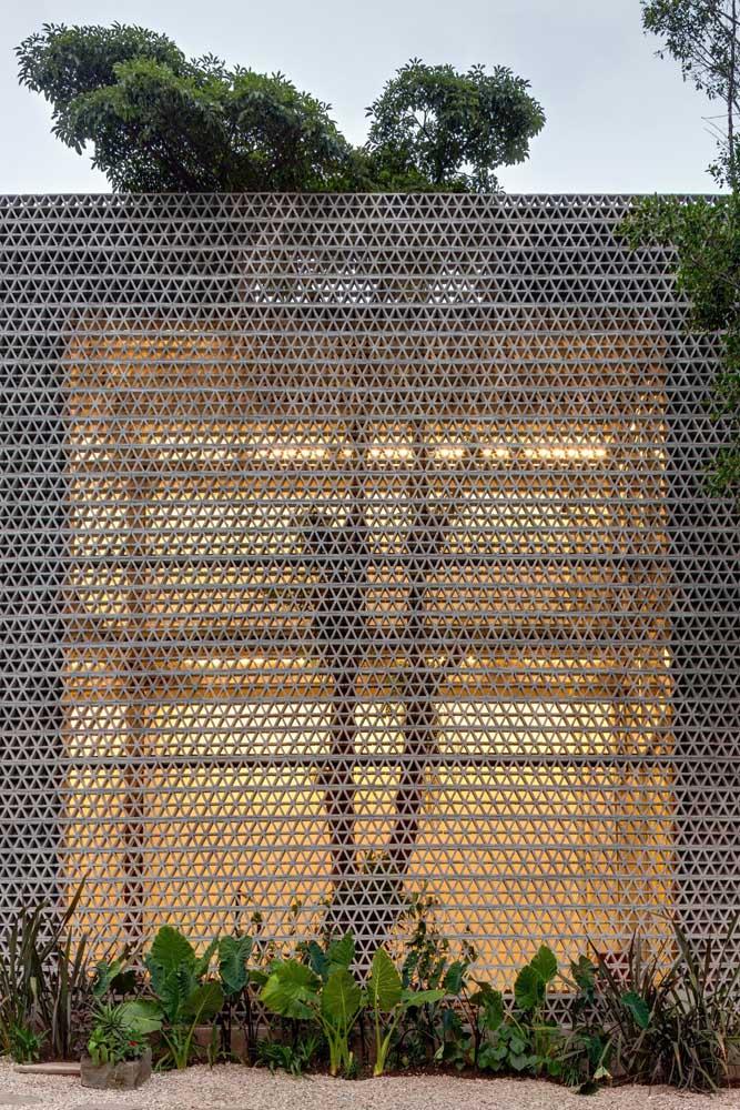 A fachada criativa dessa casa ganhou um painel em metal com desenhos vazados