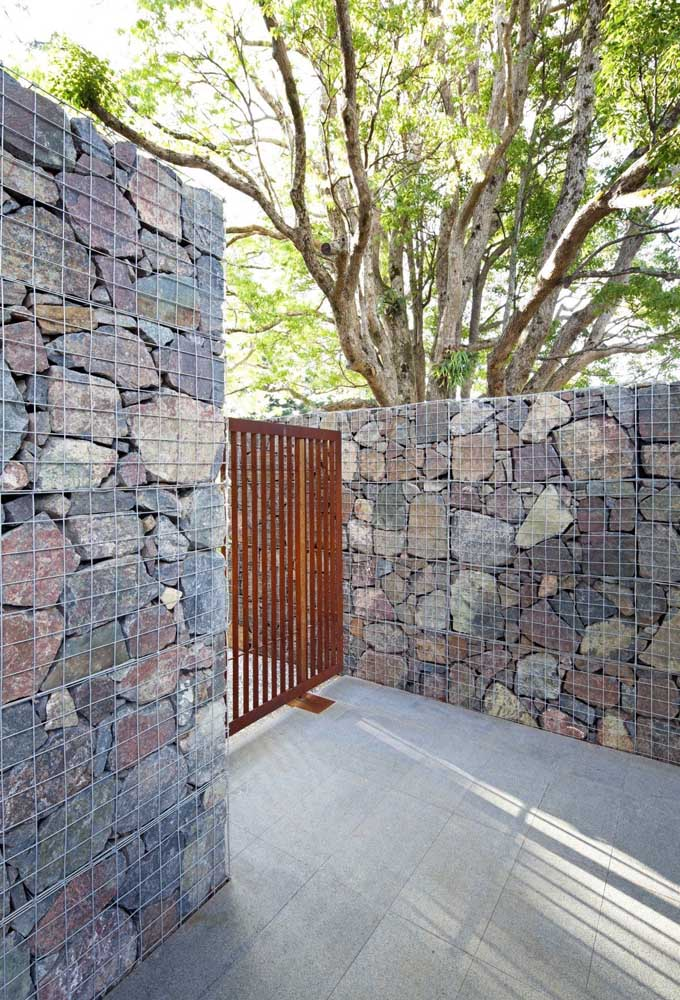 Muro de gambiões de pedra; repare no tamanho e na beleza das pedras utilizadas no projeto