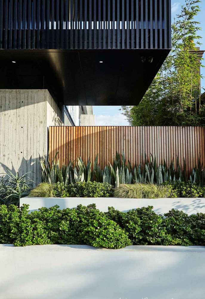 A fachada deste muro em madeira casou perfeitamente bem com as plantas no canteiro