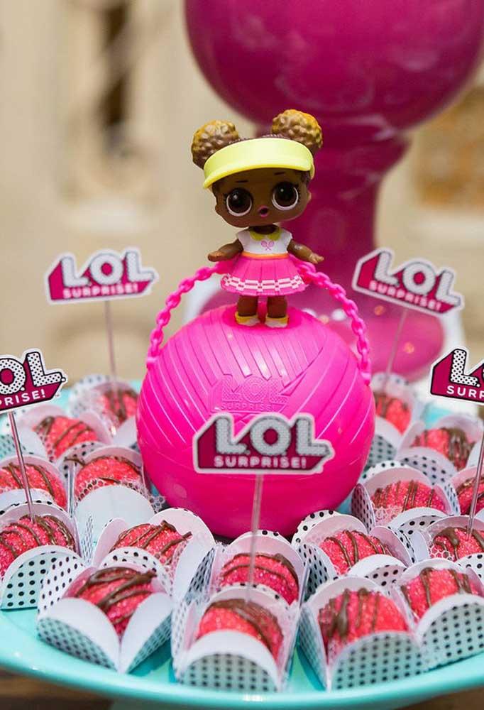 Claro que não podem faltar as bonequinhas originais na decoração Lol Surprise.