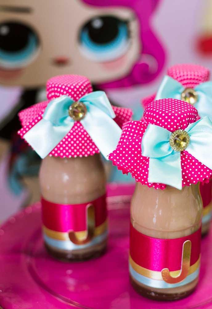Você quer presentear os convidados com algo comestível? Pode preparar algumas garrafinhas personalizadas como lembrancinha Lol.